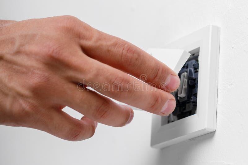 Elektricien die lichte schakelaar installeren stock foto's