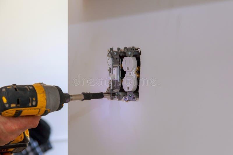 Elektricien die muurschakelaar binnen herstellen royalty-vrije stock afbeelding