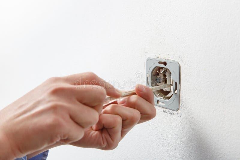 Elektricien die wisselstroomcontactdoos installeren royalty-vrije stock foto's