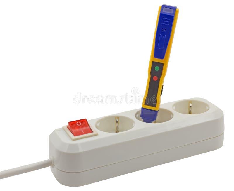 Elektricien het testen voor elektriciteit met een voltagemeetapparaat stock afbeelding