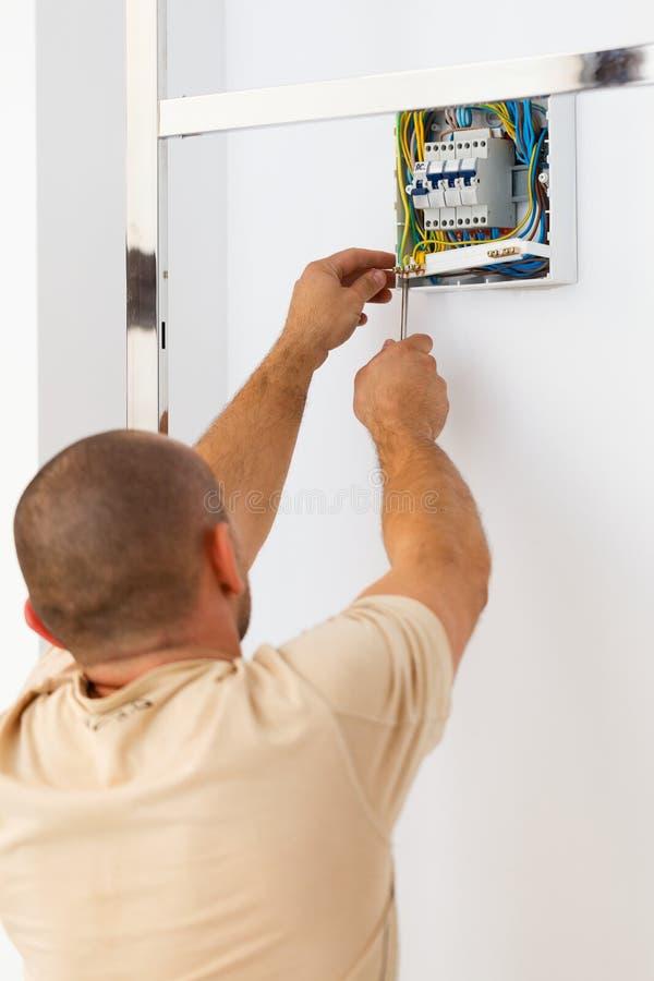 Elektricien Man Fixing Fuse stock foto's