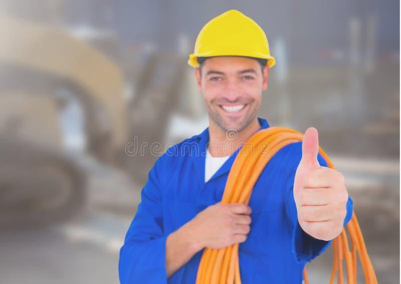 Elektricien met dradenkabels op bouwterrein stock foto's