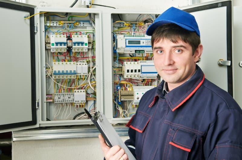 Elektricien op het werk royalty-vrije stock afbeeldingen