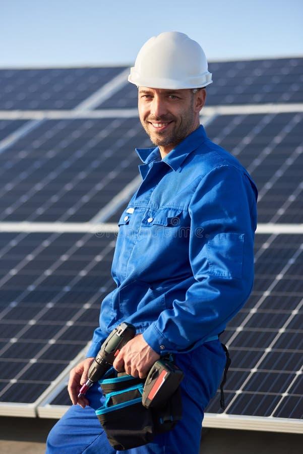 Elektricien opzettend zonnepaneel op dak van modern huis royalty-vrije stock foto's