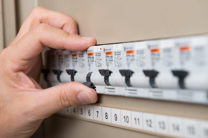Elektricien Testing The Switchboard royalty-vrije stock afbeeldingen