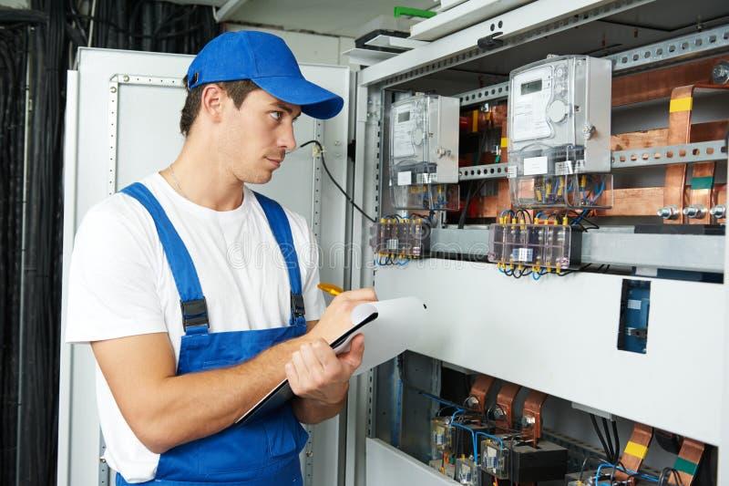 Elektricienarbeider het inspecteren stock foto