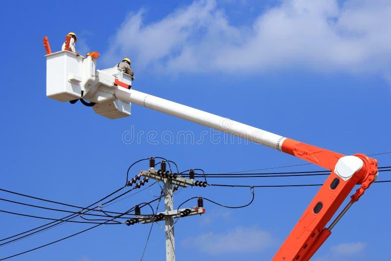 Elektricienlijnwachter op hydraulisch platform royalty-vrije stock afbeelding