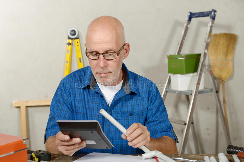 Elektricienmens in zijn workshop stock foto's