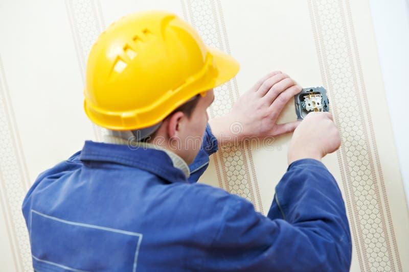 Elektriciens aan kabel het bedradingswerk stock foto's