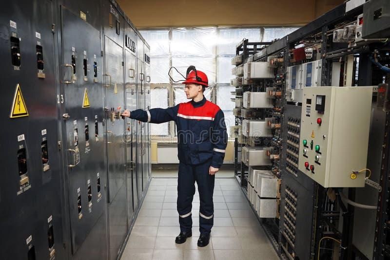 Elektriciens in beschermende helm stock afbeelding