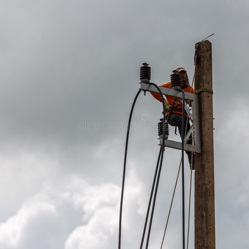 Elektriciens die draad van de machtslijn herstellen op stroompool royalty-vrije stock afbeeldingen