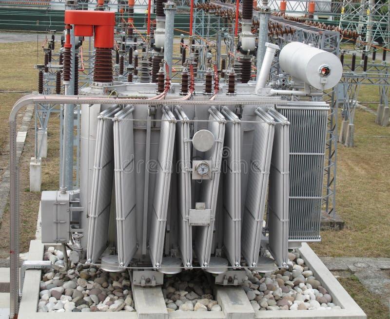 Elektriciteit van transformatorhoogspanning royalty-vrije stock foto
