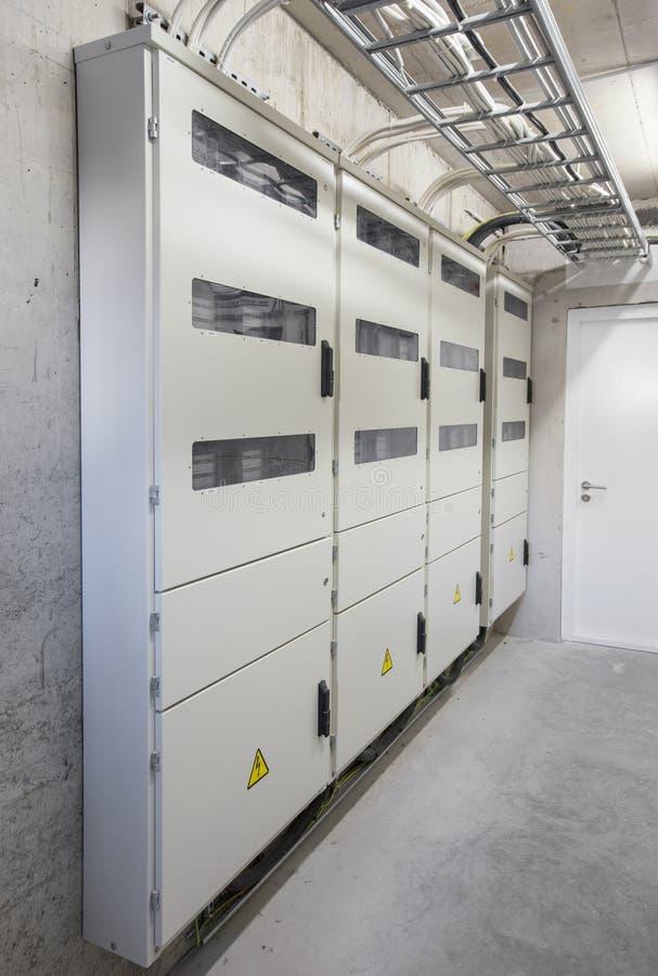 Elektriciteitsdozen en meters in flatgebouw royalty-vrije stock afbeeldingen