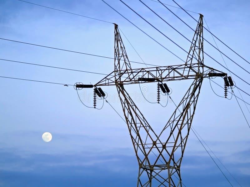 Elektriciteitspijler voor de hemel en de maan stock afbeelding