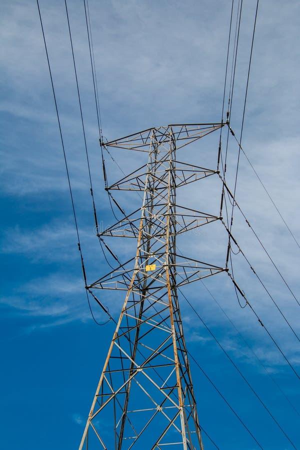 Elektriciteitspyloon met blauwe hemel en witte wolken royalty-vrije stock afbeelding