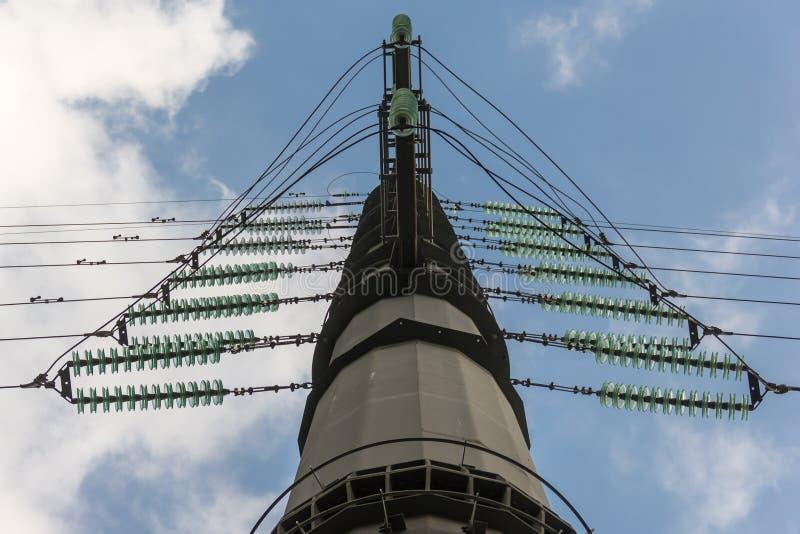 Elektriciteitspyloon met hoog voltage tegen blauwe hemel stock foto's