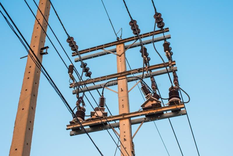 Elektriciteitspyloon op blauwe hemelachtergrond in Thailand stock afbeelding