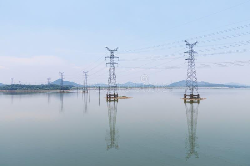 Elektriciteitspyloon op meer stock fotografie