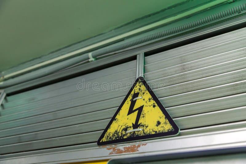 Elektriciteitswaarschuwingsbord stock afbeelding