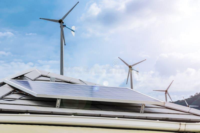 Elektricitet är nödvändig till liv Ren energi är en mycket värdefull alternativ energi Taklägga huset med solpanelen som är photo arkivbilder