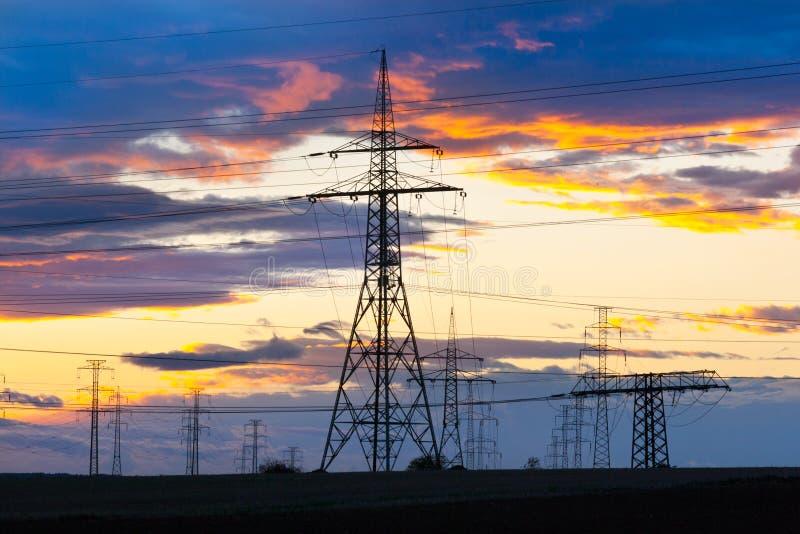 Elektricitet - maktenergibransch - elektriska poler på solarna fotografering för bildbyråer