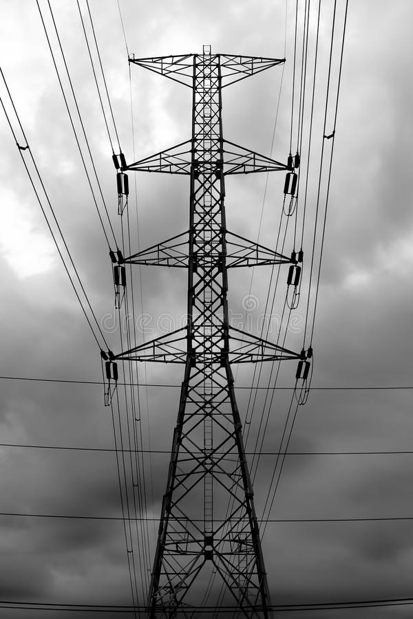 Elektricitetsöverföringspylonen, Hög-spänning överföringstorn silhouetted arkivfoto