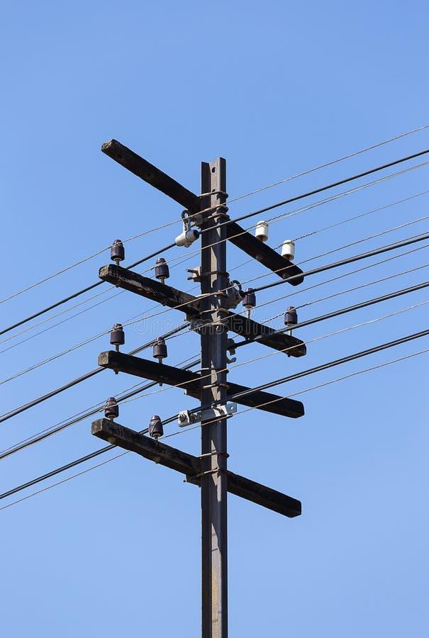 Elektricitetspol längs drevstången royaltyfri foto