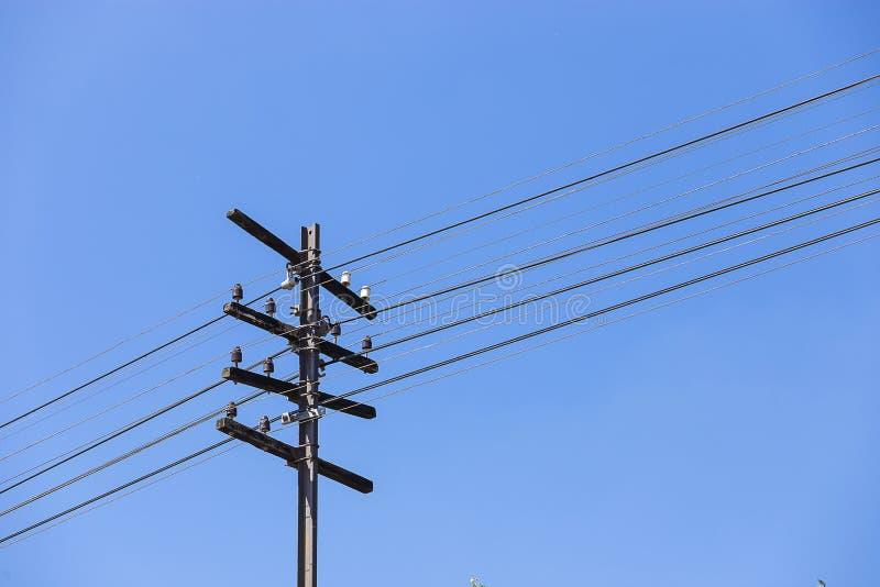 Elektricitetspol längs drevstången royaltyfri bild