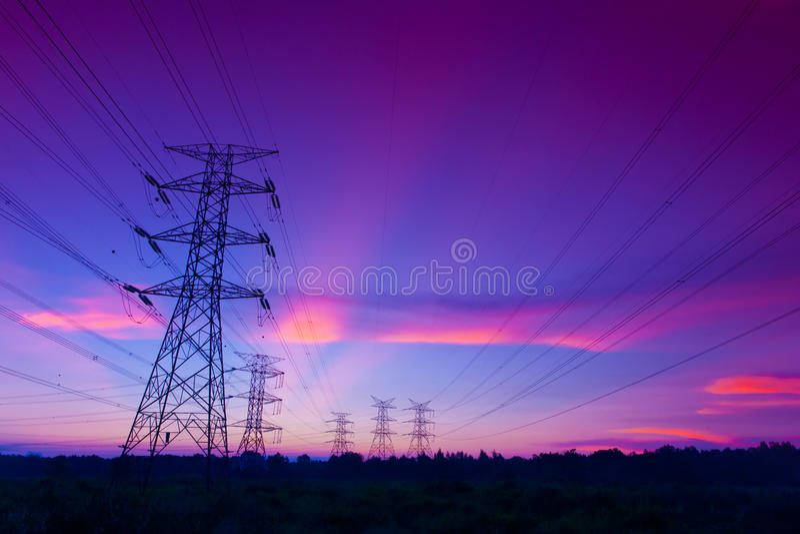 elektricitetspylonssolnedgång royaltyfria foton