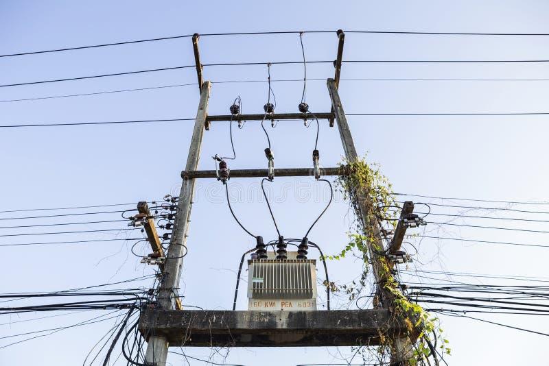 Elektricitetstransformator på den gamla elektriska polen royaltyfri bild