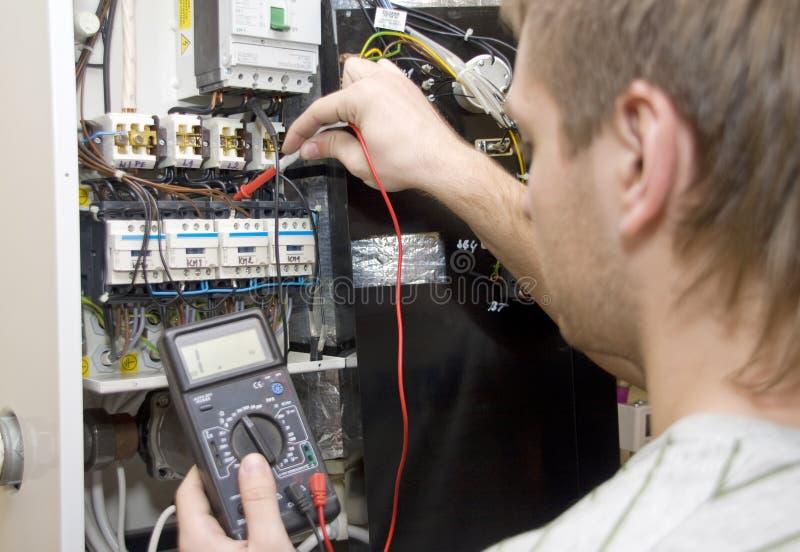 Elektriker bei der Arbeit lizenzfreie stockfotografie
