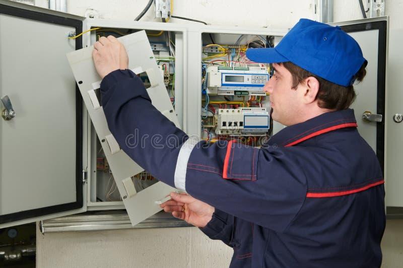 Elektriker bei der Arbeit stockfoto. Bild von handwerker - 20260986