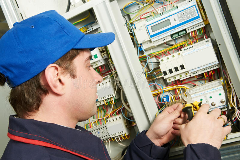 Elektriker bei der Arbeit lizenzfreies stockbild