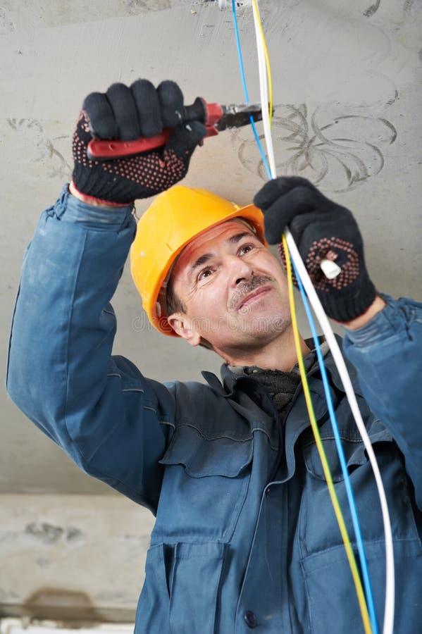 Elektriker bei der Leitungsarbeit stockfoto