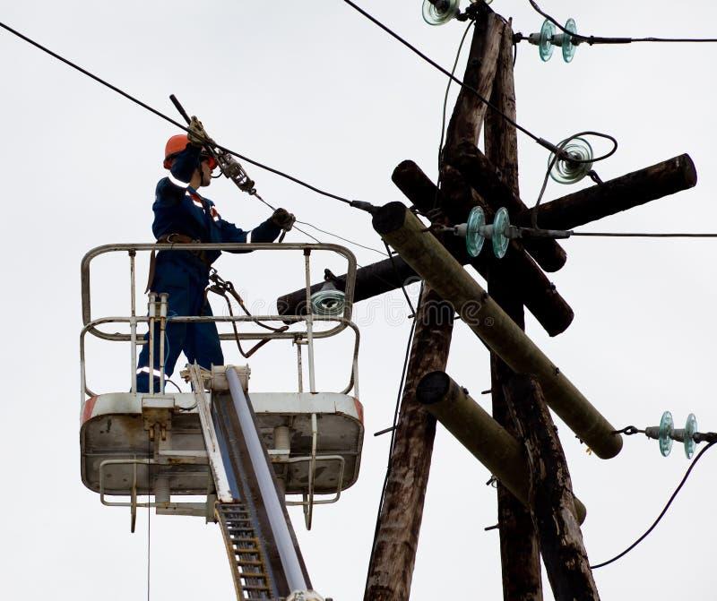 Elektriker, der auf Höhe arbeitet lizenzfreies stockbild