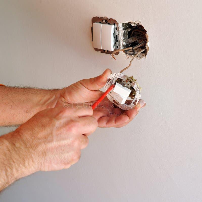 Elektriker, Der Elektrische Schalter Installiert Stockfoto - Bild ...