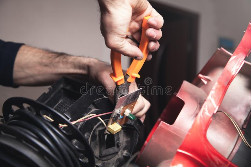 Elektriker, der Kabel mit Schneidern schneidet lizenzfreie stockfotos