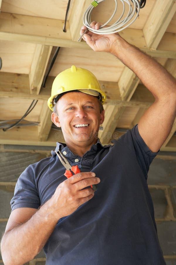 Elektriker, der an Leitungen arbeitet lizenzfreies stockbild
