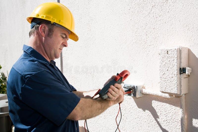 Elektriker, der Spannung überprüft lizenzfreies stockfoto