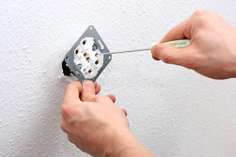 Elektriker, der Wandeinfaßung installiert lizenzfreie stockfotografie