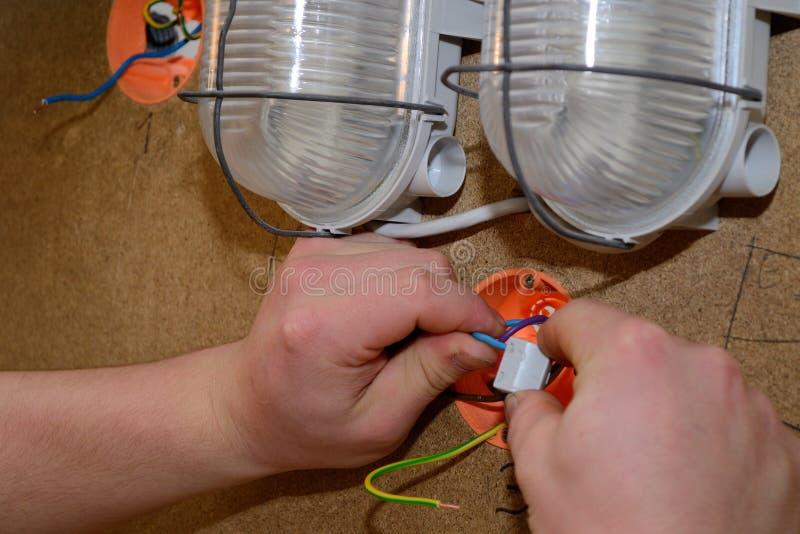 Elektriker för elektrisk installation arkivbilder