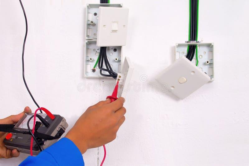 Elektriker machen die Prüfung lizenzfreies stockfoto