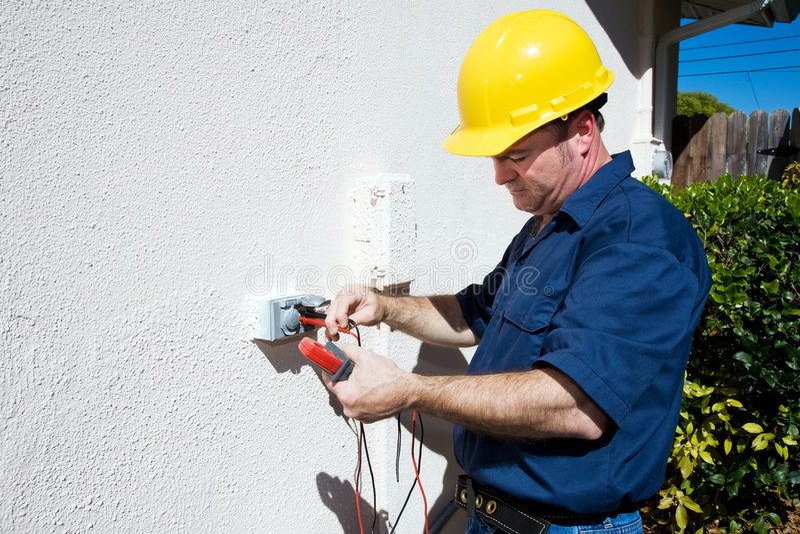 Elektriker misst Spannung lizenzfreies stockbild
