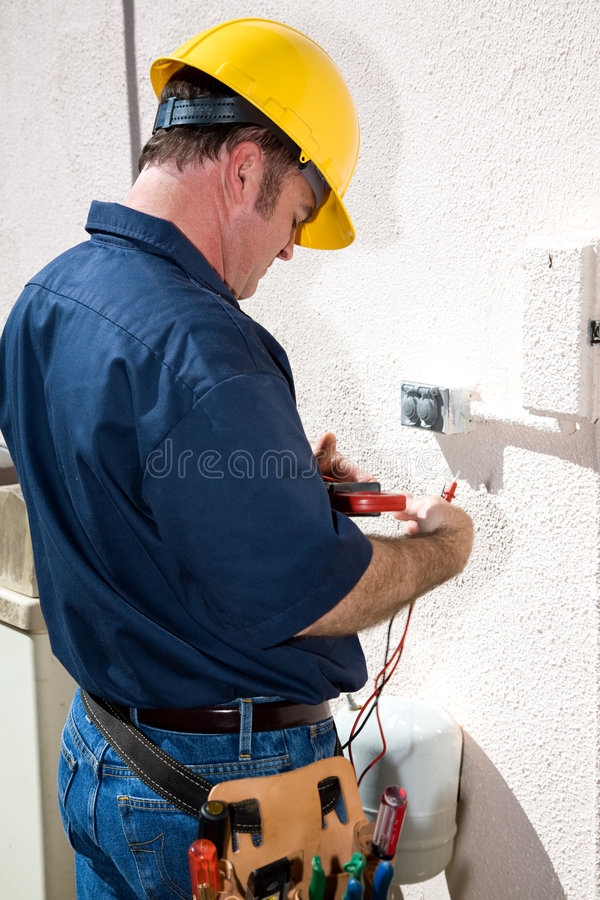 Elektriker mit Hilfsmitteln stockbild