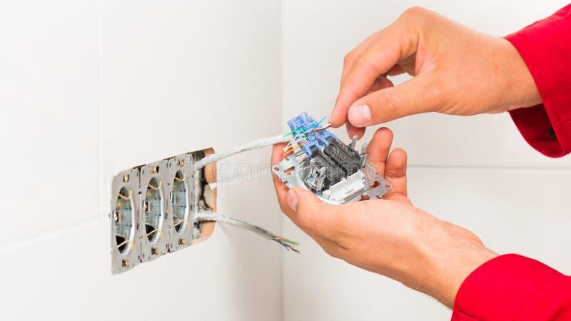 Elektriker Mounting Multiple Socket arkivbilder