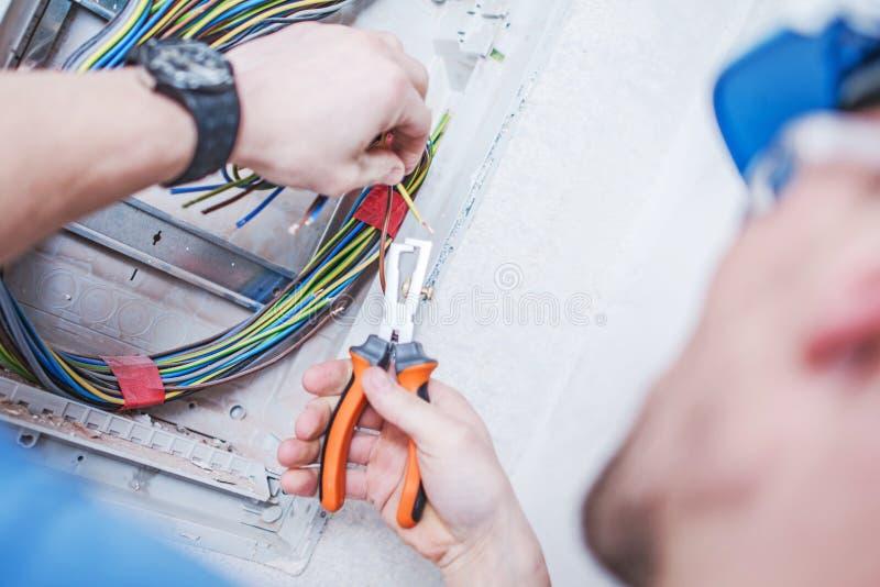 Elektriker och hans jobb royaltyfria foton