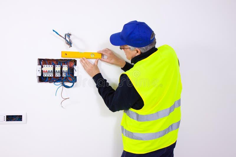 Elektriker på arbete arkivbild
