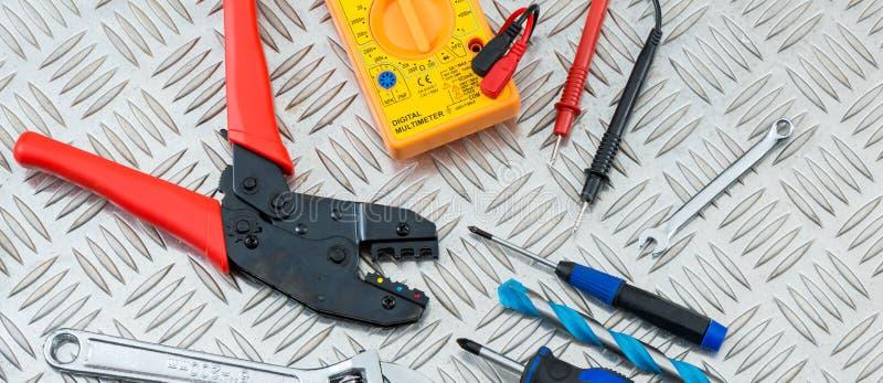 Elektriker ` s Werkzeuge und Ausrüstung auf Stahlwarzenblech lizenzfreie stockbilder