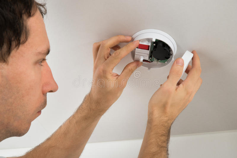 Elektriker With Smoke Detector royaltyfria bilder