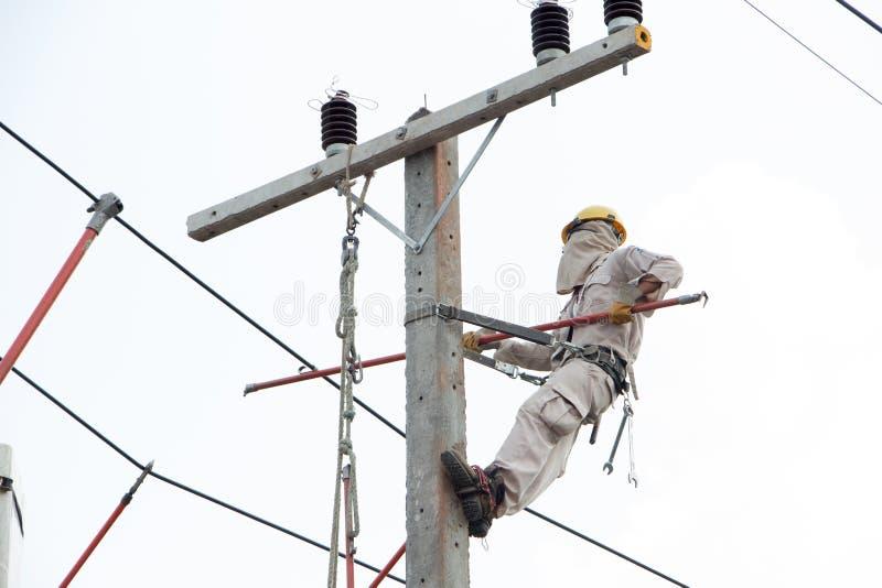 Elektriker som arbetar på en kranbil royaltyfria foton